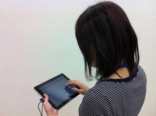 ipadを操作する人.jpg